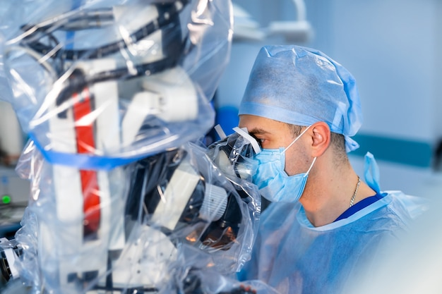 Chirurgische kamer in het ziekenhuis met apparatuur voor robottechnologie