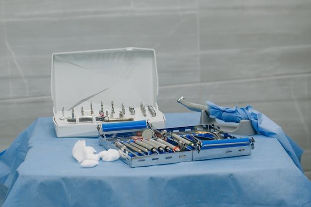 Chirurgische kit met instrumenten die worden gebruikt in de tandheelkundige implantologie