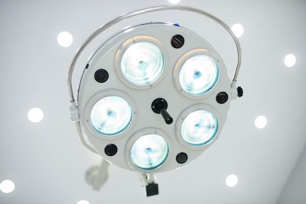 Chirurgische lamp in een moderne operatiekamer