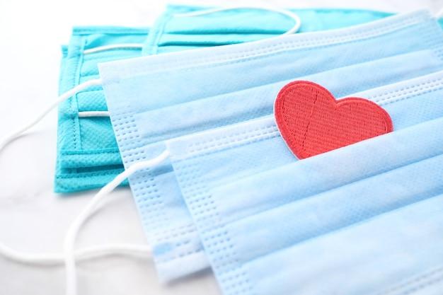Chirurgische maskers met hartvorm en handdesinfecterend middel Premium Foto
