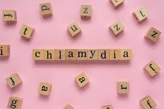 Chlamydia-woord op houten blok.