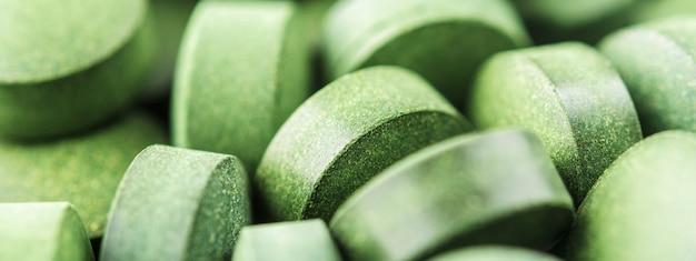 Chlorella of spirulinatabletten sluiten omhoog. bovenaanzicht. textuur van tabletten spirulina of chlorella.