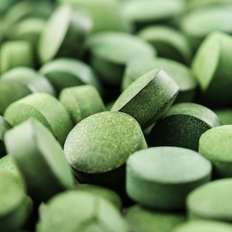 Chlorella of spirulinatabletten sluiten omhoog. textuur van tabletten spirulina of chlorella.