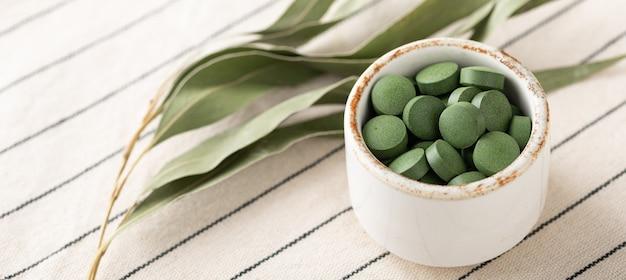 Chlorella-pillen, concept van superfood en detox, banner