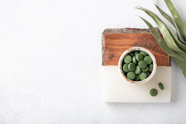 Chlorella-pillen, concept van superfood en detox, bovenaanzicht, kopie ruimte