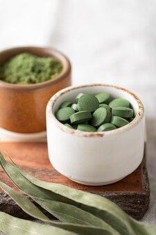 Chlorella-pillen en spirulina, concept van superfood en detox