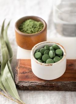 Chlorella-tabletten en spirulinapoeder, concept van superfood en detox