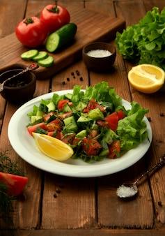 Choban-herderssalade met tomaat, komkommer, kruiden en citroen