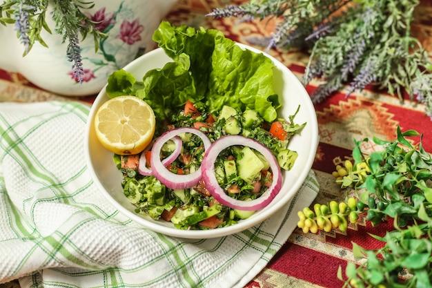 Chobansalade met komkommer, tomaat, bladgroente en sla