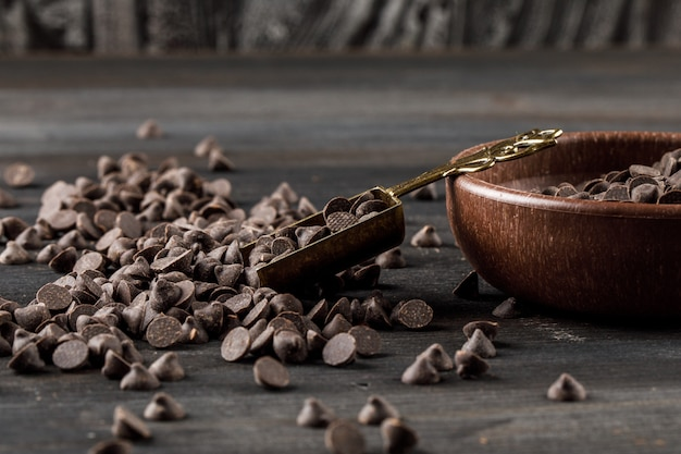 Choco druppels in een kom met schep