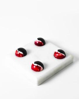 Choco-snoepjes ontwierpen kunstchocolade gekleurd op het witte oppervlak