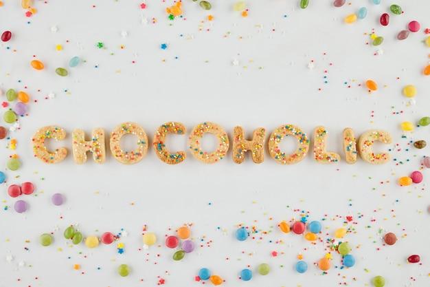 Chocoholic inscriptie gemaakt van vanillesuiker koekjes en versierd met kleurrijke hagelslag