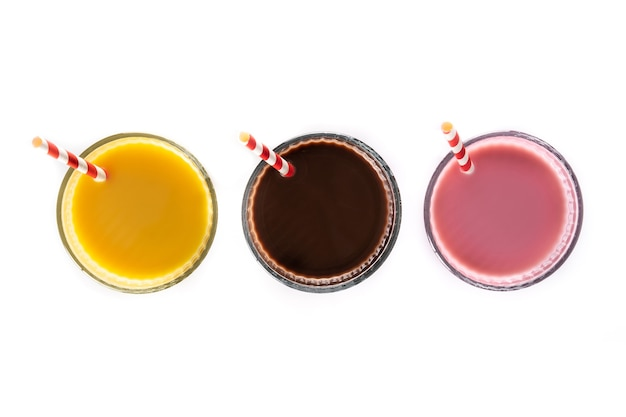 Chocolade, aardbei en vanille milkshakes geïsoleerd op een witte achtergrond
