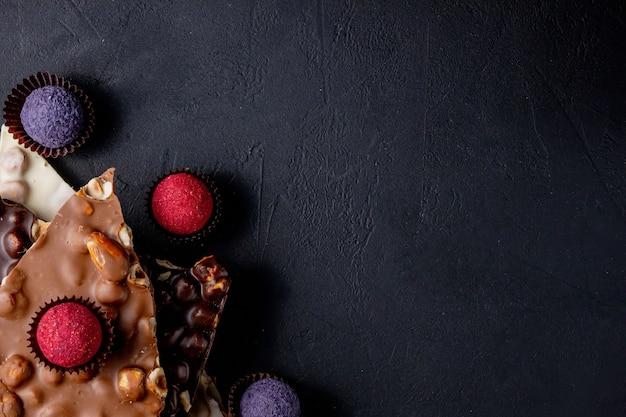 Chocolade achtergrond. chocola. assortiment fijne chocolaatjes in witte, donkere en melkchocolade.