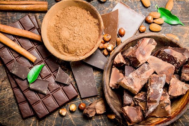 Chocolade achtergrond. chocolade met cacaopoeder en kaneel. op een houten achtergrond.