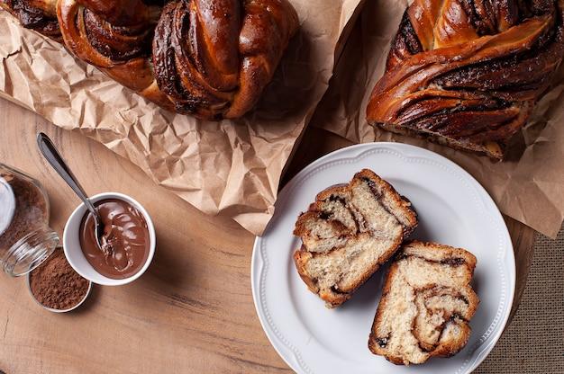 Chocolade babka of brioche brood. gevuld met hazelnootcrème. bovenaanzicht.
