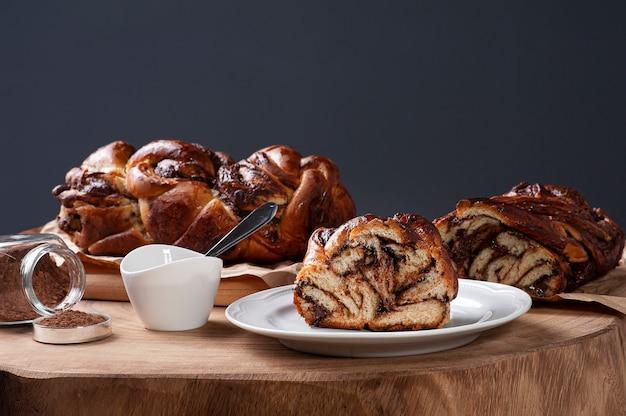 Chocolade babka of brioche brood overgoten met hazelnootcrème