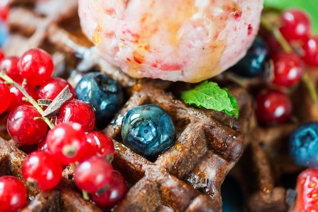 Chocolade belgische wafels met bessen en mooie room