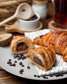 Chocolade bladerdeeg croissant bestrooid met chocoladeschilfers