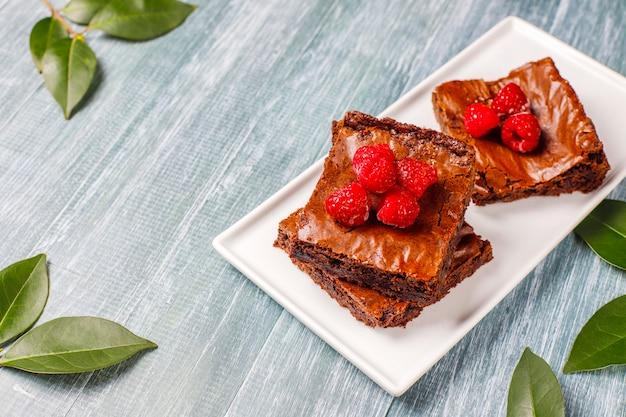 Chocolade brownie cake dessert plakjes met frambozen en kruiden