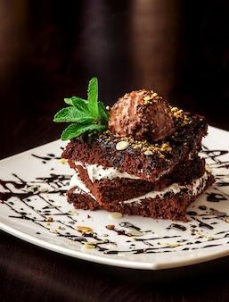 Chocolade brownie cake met een bolletje ijs.