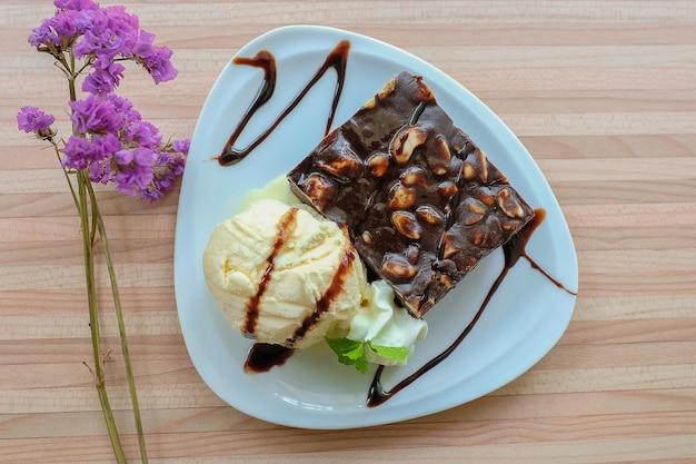 Chocolade brownie en vanille-ijs