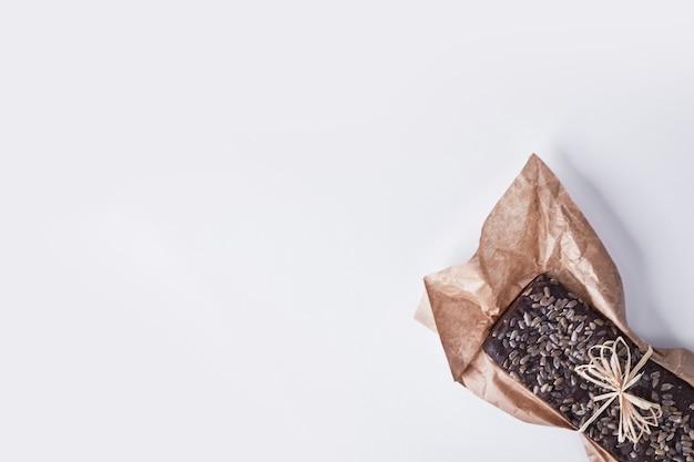 Chocolade brownie met pitjes erop.