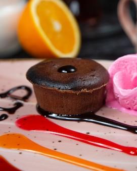 Chocolade brownie op de tafel