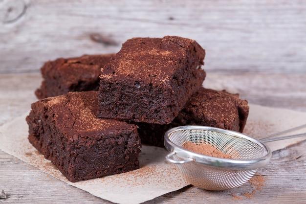 Chocolade brownie op een houten bord