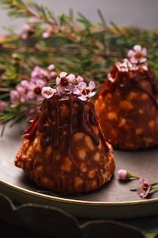 Chocolade brownies met noten en koekjes en zoete karamel met roze bloemetjes