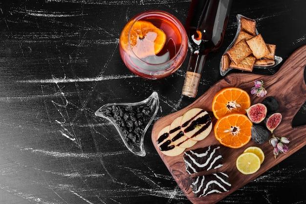 Chocolade brownies met seizoensfruit en een glas wijn.