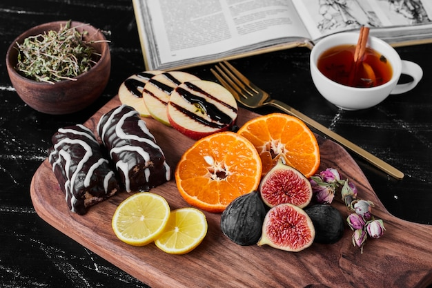 Chocolade brownies met seizoensfruit.