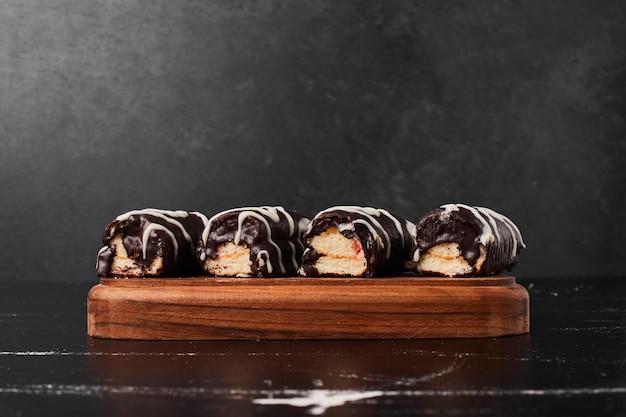 Chocolade brownies op een houten bord.