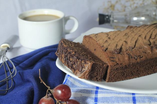 Chocolade brownies op een wit bord