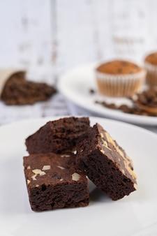 Chocolade brownies op een witte plaat.