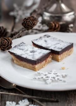 Chocolade brownies versierd met poedersuiker