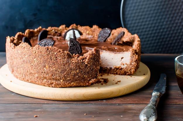 Chocolade cheesecake en kopje koffie