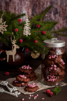 Chocolade christmas cookies met crushed candy cane