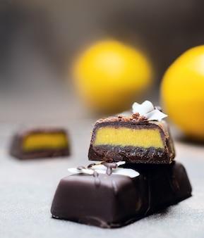 Chocolade citrus snoepjes zonder suiker en citroenen op.
