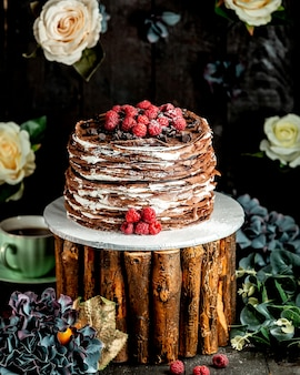 Chocolade crêpe cake met chocoladeroom en frambozen