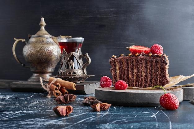 Chocolade crêpe cake met frambozen.