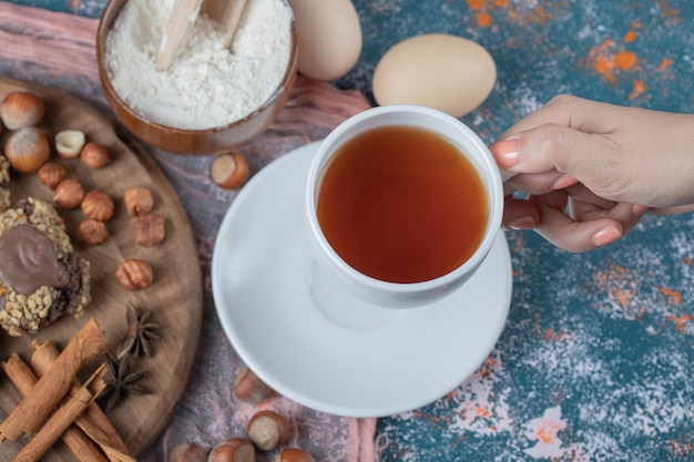 Chocolade crocante koekjes met kaneelsmaak en een kopje thee.