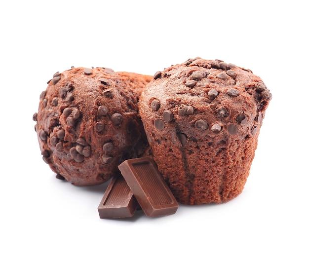 Chocolade cupcake met chocoladereep op een witte achtergrond.