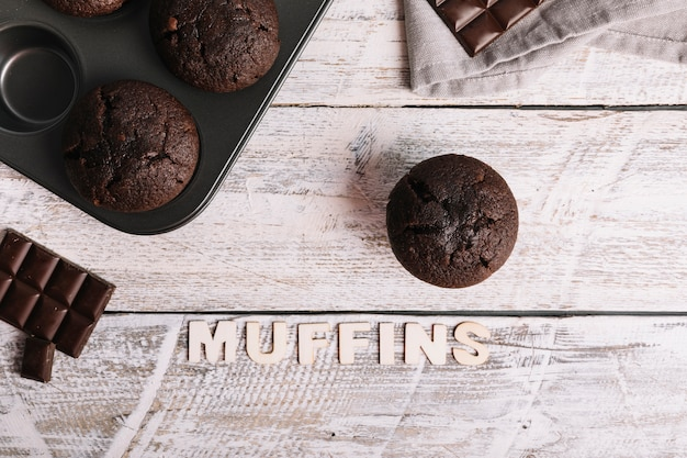 Chocolade cupcake op witte houten lijst met muffintekst