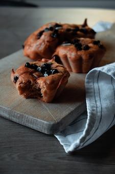 Chocolade cupcakes op een houten bord