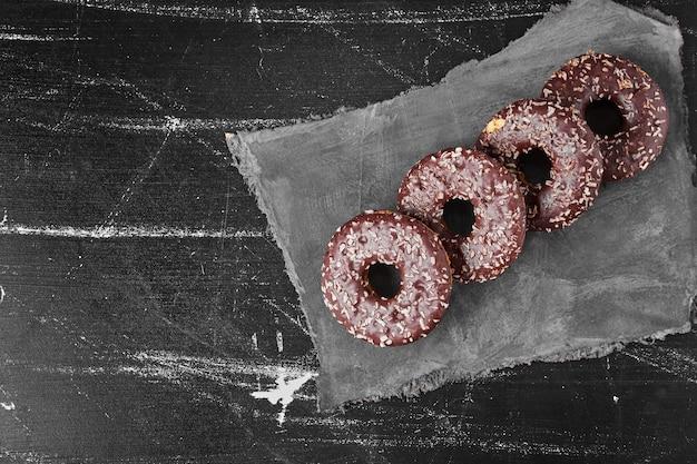 Chocolade donuts op een stenen schotel. hoge kwaliteit foto