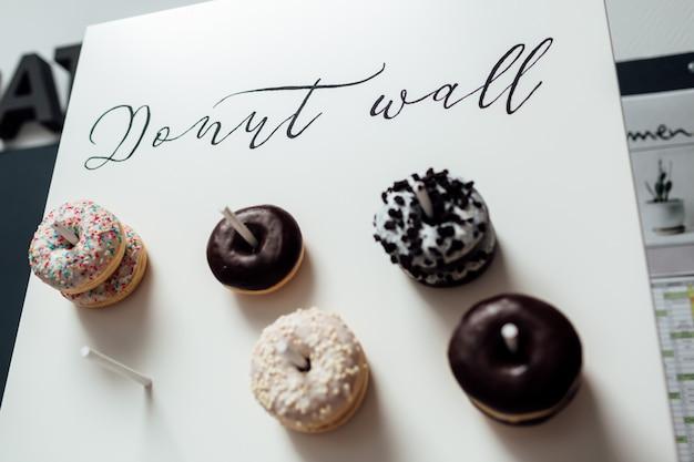 Chocolade donuts voor gasten