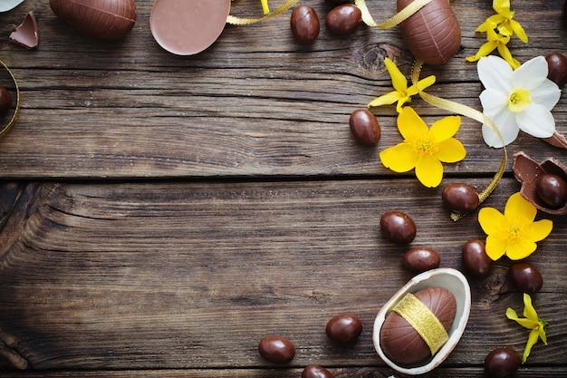 Chocolade-eieren op donkere houten achtergrond