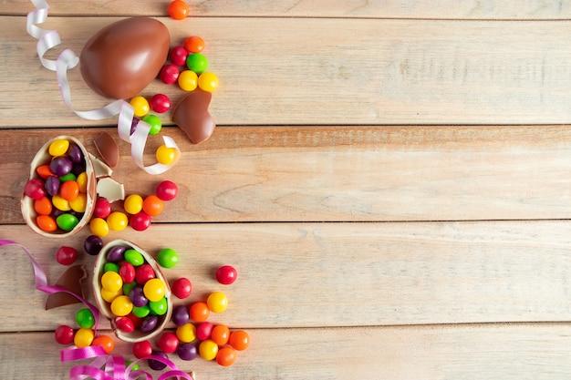 Chocolade-eieren voor paasvakantie snoepjes en linten plaats voor uw tekst