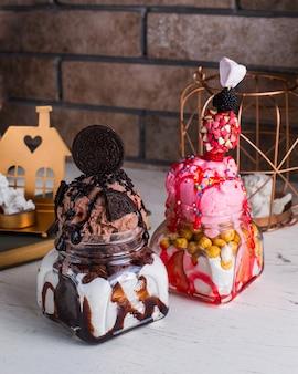 Chocolade- en aardbeiroomijs met oreo